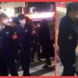 【東京の現在】「お宅らなんで外でてんの?」警察が警棒片手に街を徘徊し、通行人に外出自粛要請を求める光景が世紀末過ぎるww