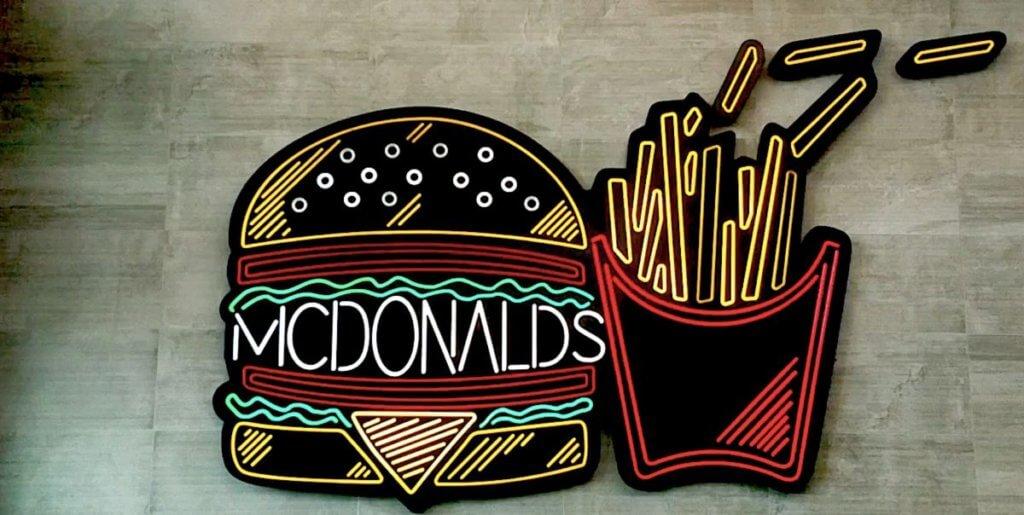 マクドナルドのロゴ看板